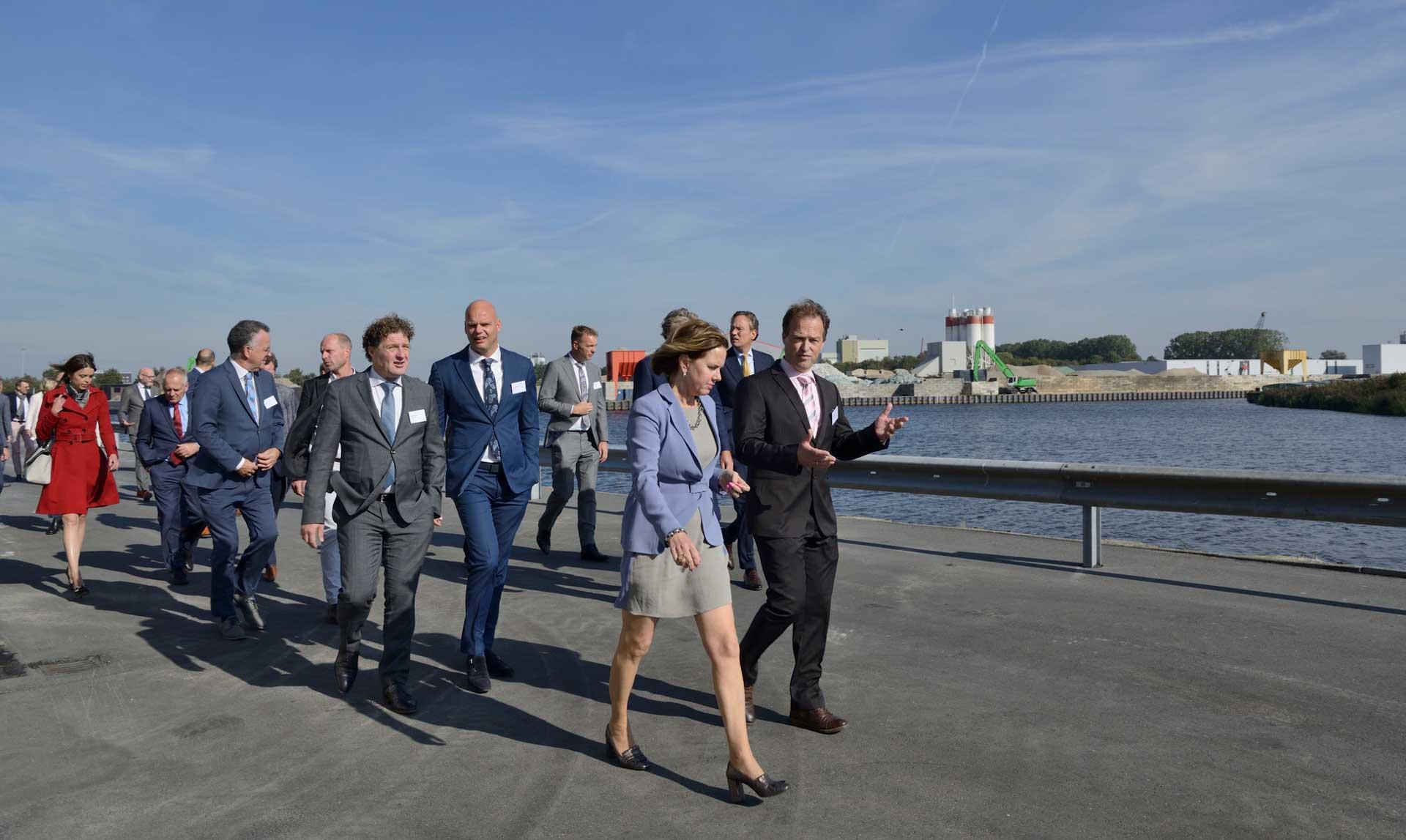 Minister Cora van Nieuwenhuizen van Infrastructuur en Waterstaat op werkbezoek in de Sethehaven in Meppel, onderdeel van Port of Zwolle. Links van haar, in grijs pak, de Friese gedeputeerde Klaas Kielstra.
